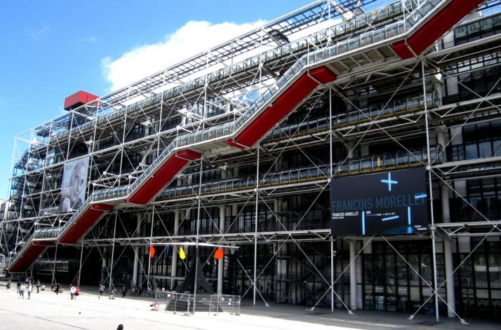 La façade extérieur du centre Pompidou et son célèbre Escalator.