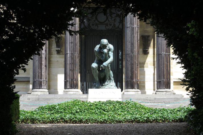 Le penseur, la célèbre sculpture d'Auguste Rodin.
